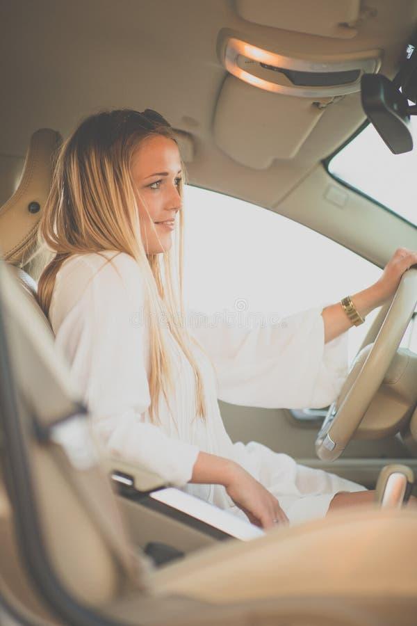 Assez, jeune femme conduisant une voiture photo libre de droits