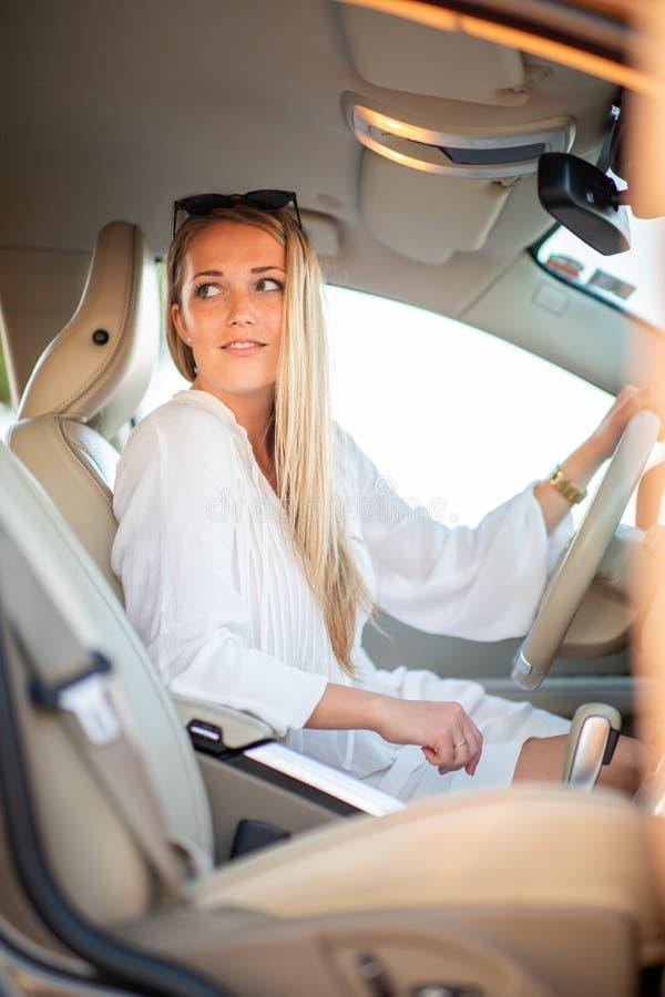 Assez, jeune femme conduisant une voiture images libres de droits