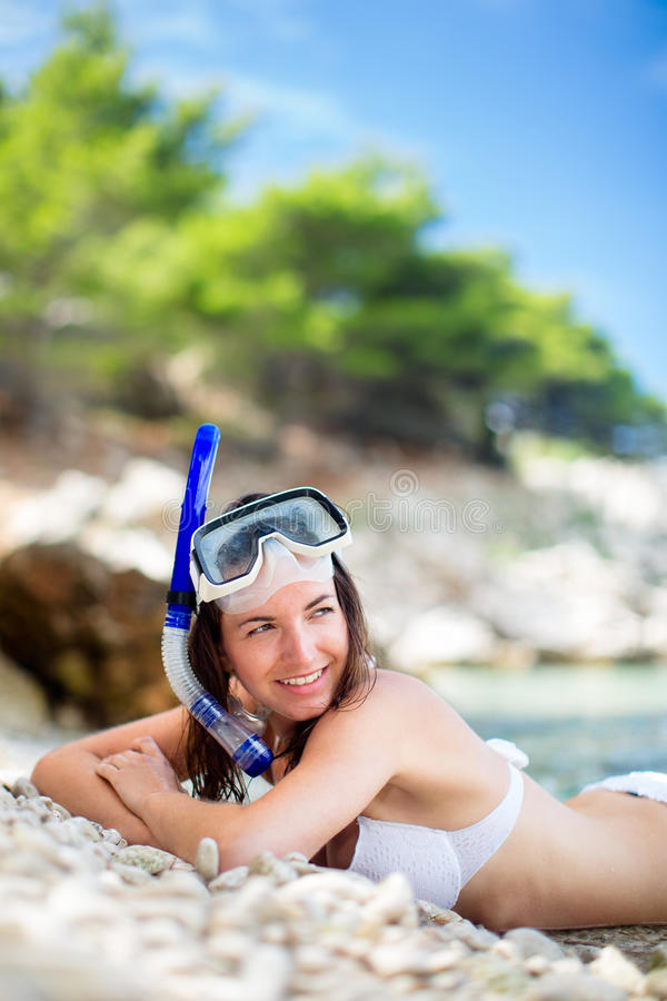 Assez, jeune femme sur une plage image libre de droits