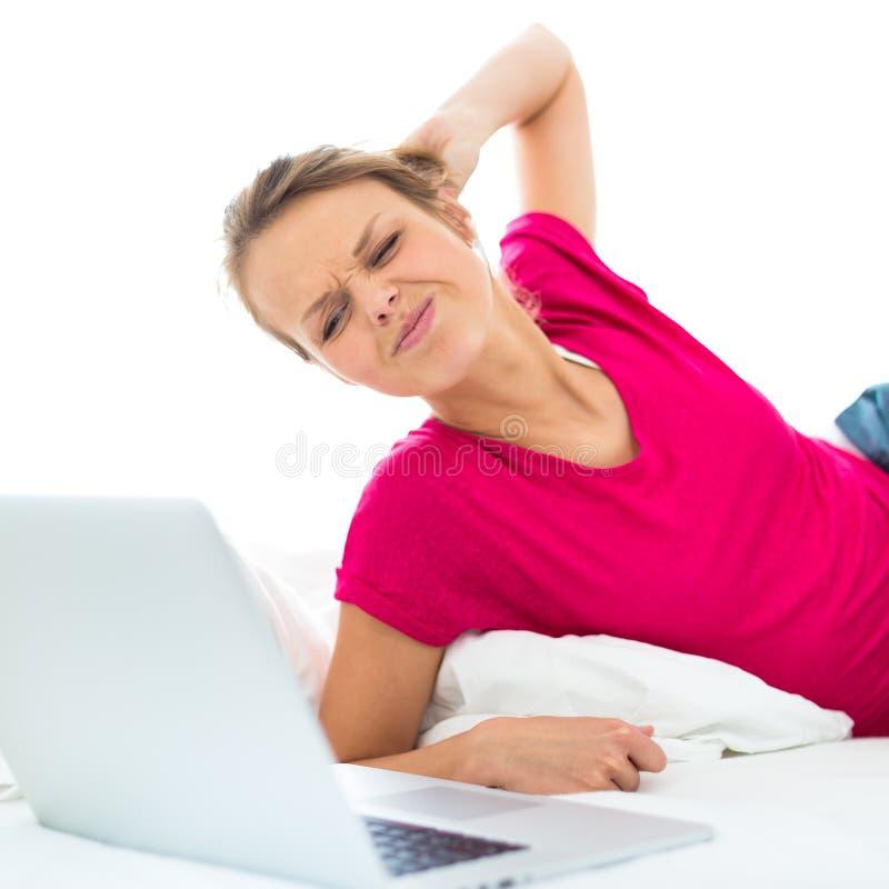 Assez, jeune femme travaillant sur son ordinateur portable photos stock