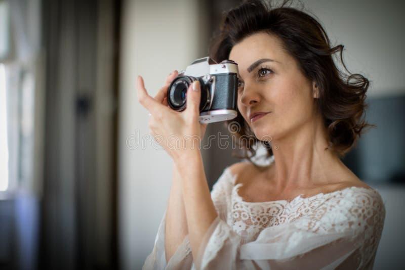 Assez, jeune photographe féminin dans son studio photos stock