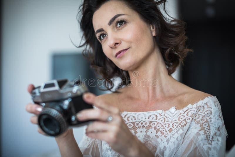 Assez, jeune photographe féminin dans son studio photographie stock
