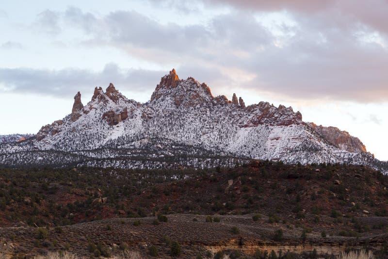 Assez montagne avec plusieurs crêtes couvertes dans le saupoudrage de la neige dans Springdale au crépuscule images stock