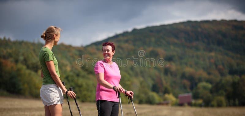 Assez, nordic de femmes marchant sur un chemin forestier, rentrant t photos stock