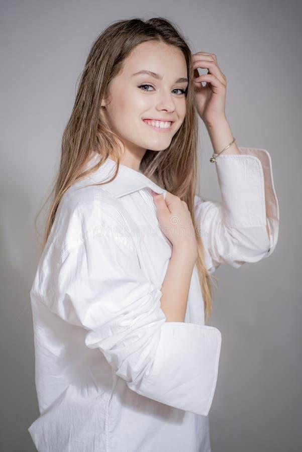 Assez souriant joyeux femelle avec les cheveux justes Portrait de belle femme gaie au-dessus de fond gris image libre de droits