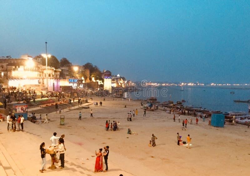Assi-ghat und der Ganges an der Dämmerung in Indien stockbild