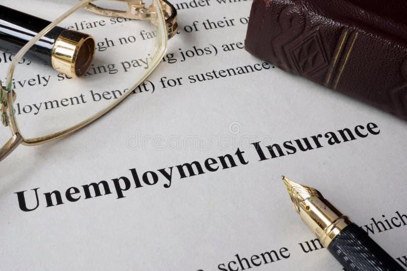 Assicurazione di disoccupazione scritta su una carta fotografia stock