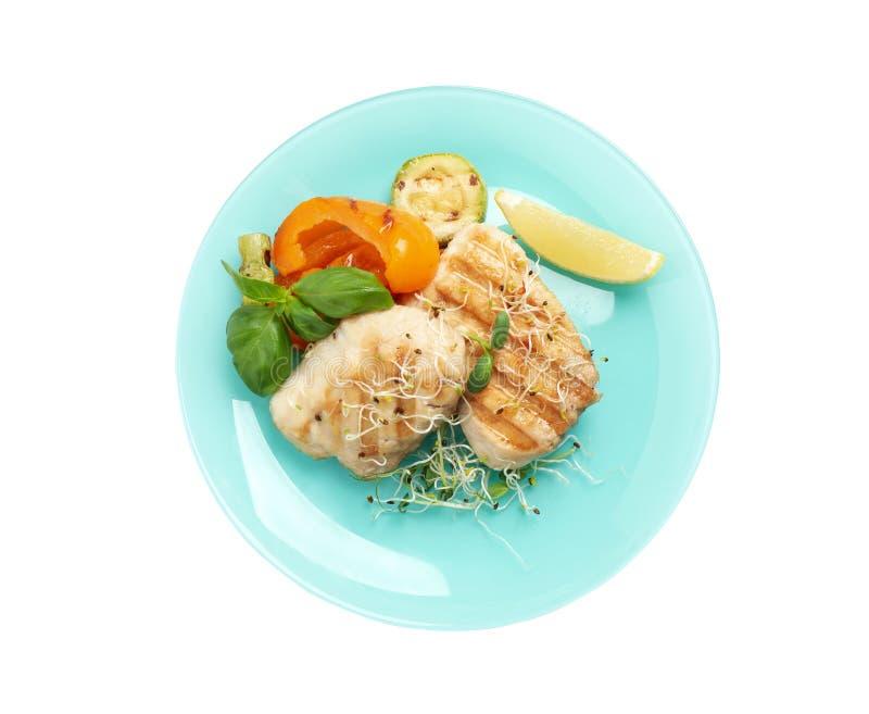 Assiette avec de savoureux poissons grillés isolés sur blanc, vue sur le sommet images stock