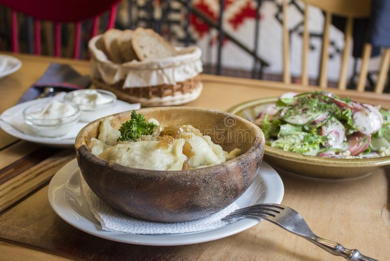 assiette Cuisine nationale ukrainienne Salade végétale Vareniki images libres de droits
