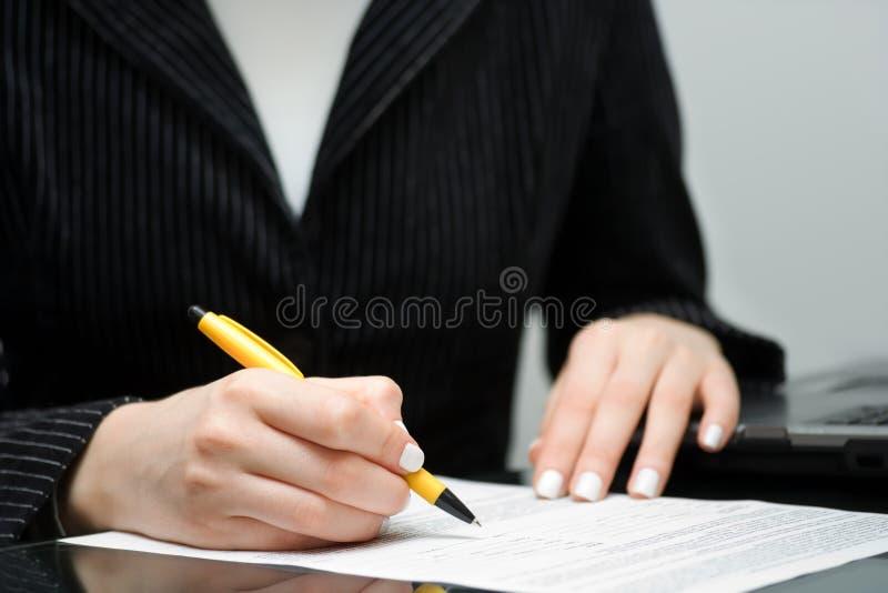 Assinando o contrato. imagem de stock royalty free
