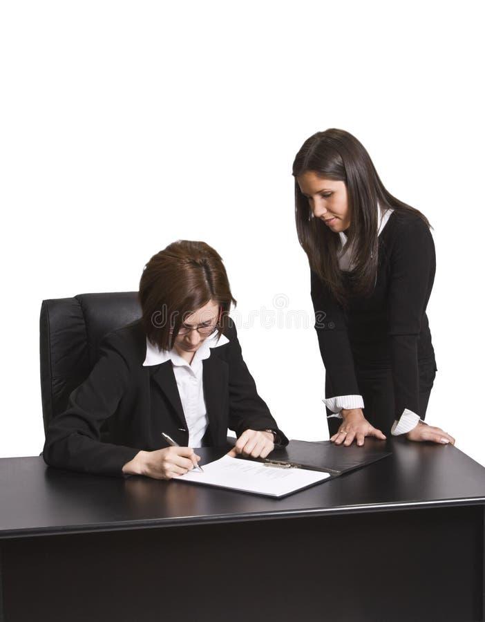 Assinando o contrato fotos de stock