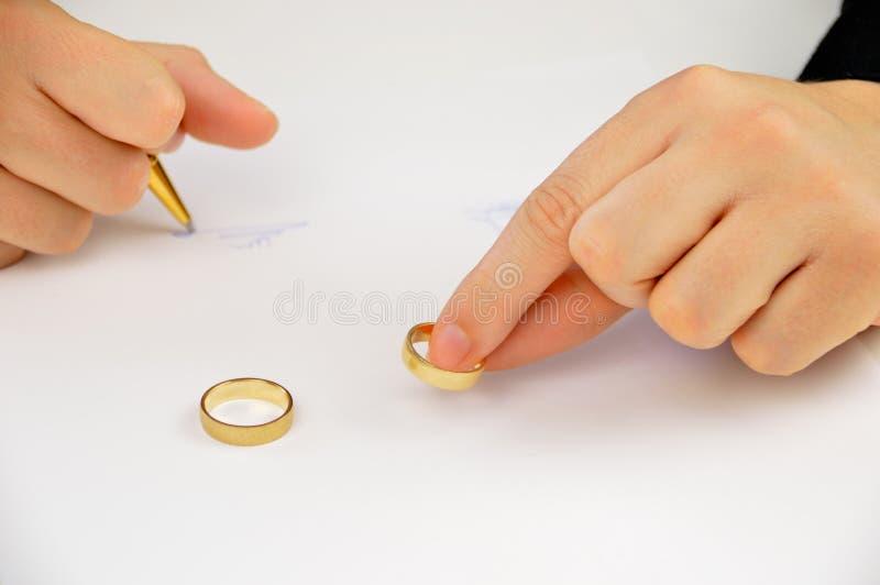 Assinando o decreto do divórcio fotografia de stock royalty free