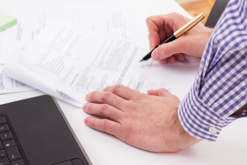 Assinando um contrato imagem de stock royalty free