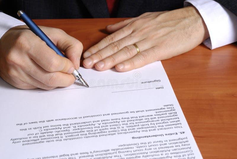 Assinando um contrato fotos de stock