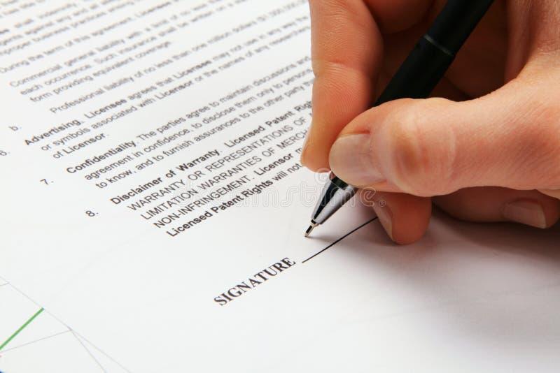 Assinando um contrato de licência genérico imagem de stock
