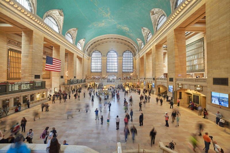 Assinantes e turistas na estação central grande imagens de stock