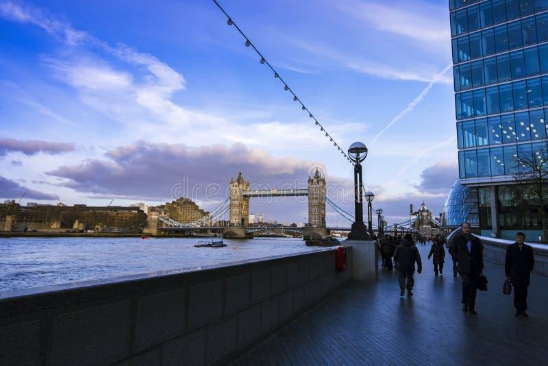 Assinantes e turistas na passagem perto da ponte da torre em horas de ponta fotografia de stock royalty free