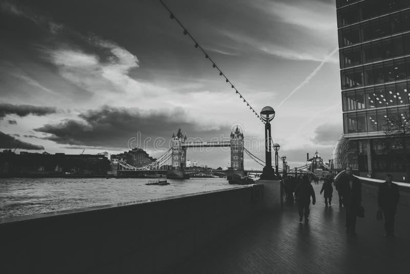 Assinantes e turistas na passagem perto da ponte da torre em horas de ponta Cena em preto e branco foto de stock royalty free