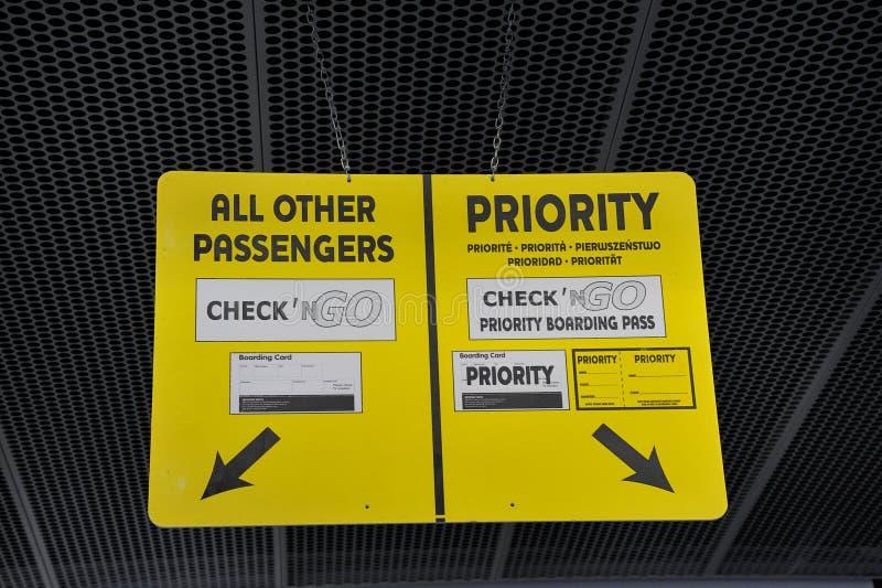 Assinar no aeroporto para passageiros prioritários e normais imagem de stock royalty free