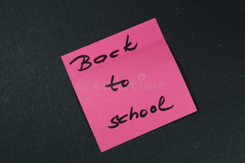 Assine, de volta ao ` da escola na etiqueta fotografia de stock royalty free