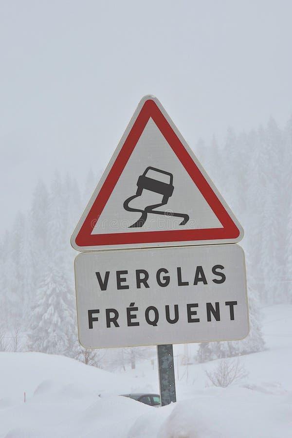 Assine dentro o aviso francês do gelo frequente na estrada, imagens de stock royalty free