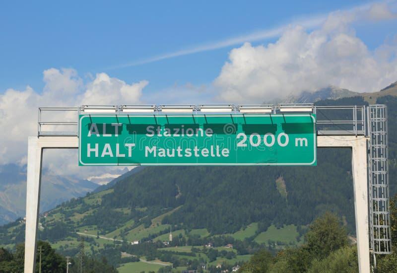 assine a estrada na beira entre Itália e Áustria no lugar c imagens de stock