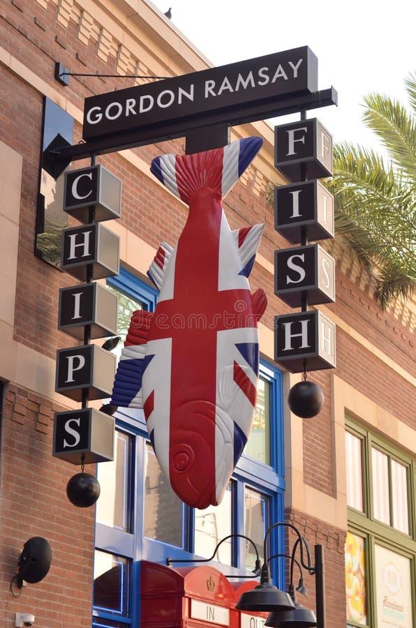 Assine fora dos peixes e do Chips Restaurant do ` s de Gordon Ramsay foto de stock royalty free