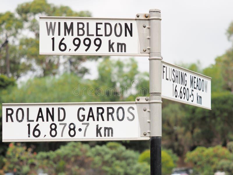 Assine a indicação da distância do sinal a Roland Garros, ao prado de nivelamento e ao Wimbledon fotos de stock