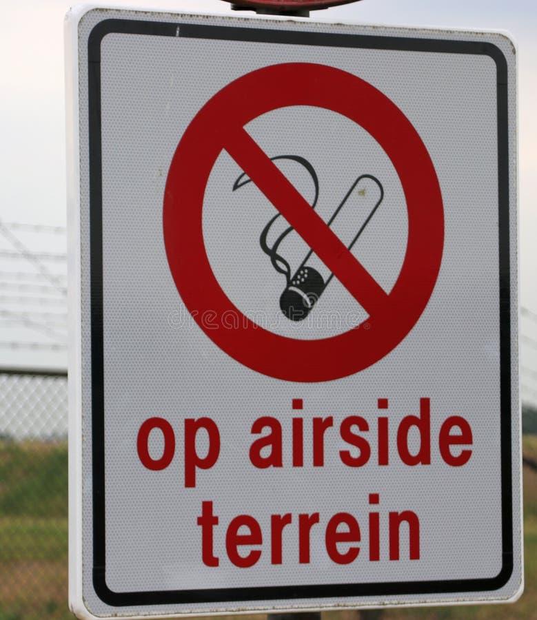Assine no aeroporto de Rotterdam Haia que fumar não está permitido na área do airside imagem de stock royalty free