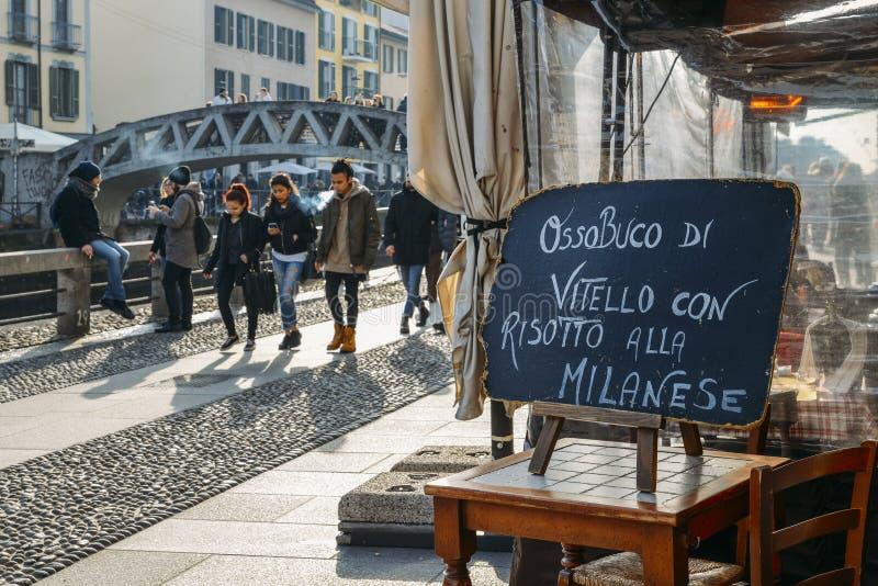 Assine no restaurante que anuncia um prato milanês local da medula e do arroz amarelo no canal grandioso de Naviglio, a do risoto imagem de stock