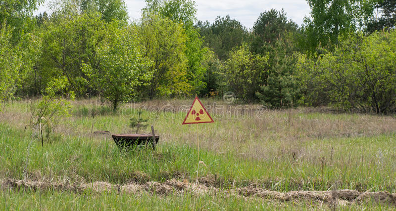 Assine o aviso da radiação e da contaminação em Chernobyl fotos de stock royalty free