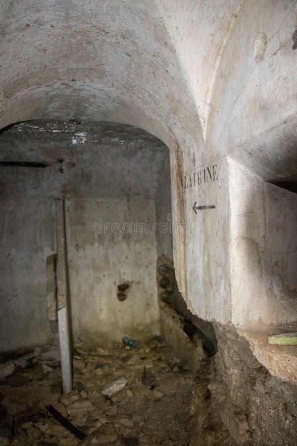 Assine o latrine na parede dentro de 1 depósito da guerra mundial fotos de stock