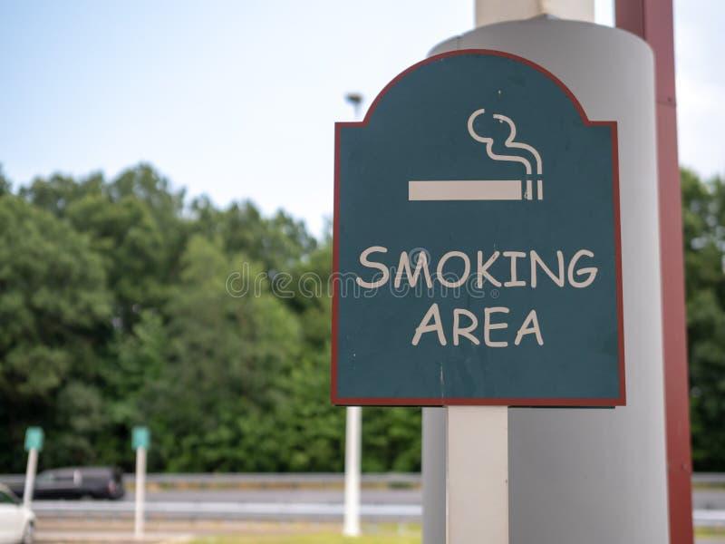 Assine para a área de fumo designada em um parque de estacionamento exterior fotos de stock royalty free