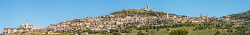 Assisi, μια από την ομορφότερη μικρή πόλη στην Ιταλία Ορίζοντας του χωριού από το έδαφος στοκ εικόνες