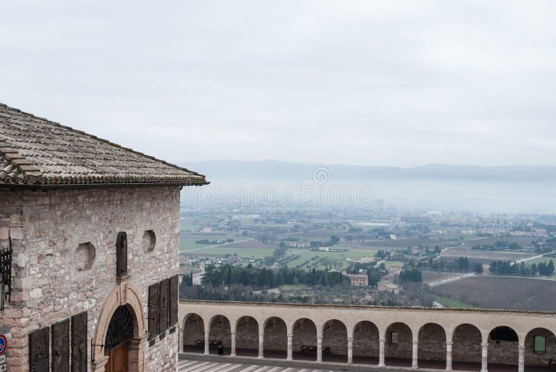 Assisi, Италия от горного вида стоковые фотографии rf