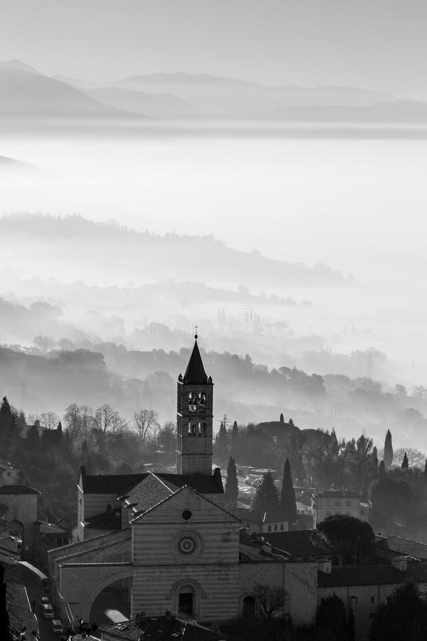 Assisi и туман стоковая фотография