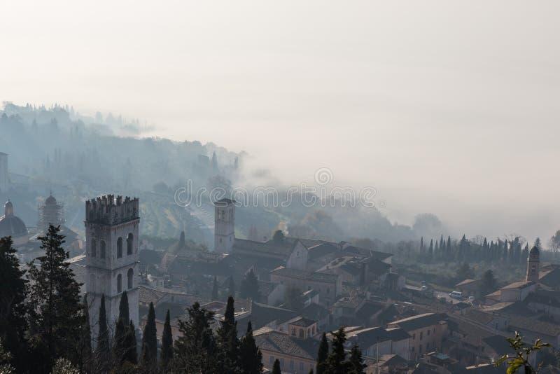 Assisi и туман стоковые изображения