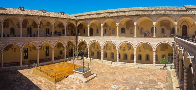 Assisi, Italia El claustro de la basílica de St Francis foto de archivo libre de regalías