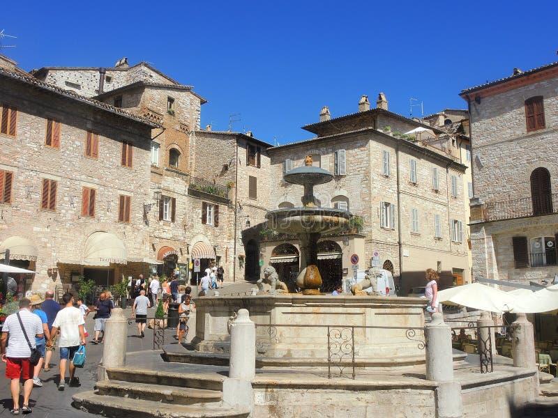 assisi italy Den monumentala springbrunnen som är i stadfyrkanten royaltyfria foton