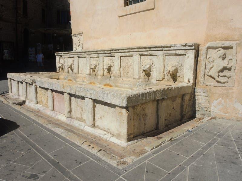 Assisi, Pérouse, Italie Les fontaines et les bassins de la vieille ville photo stock
