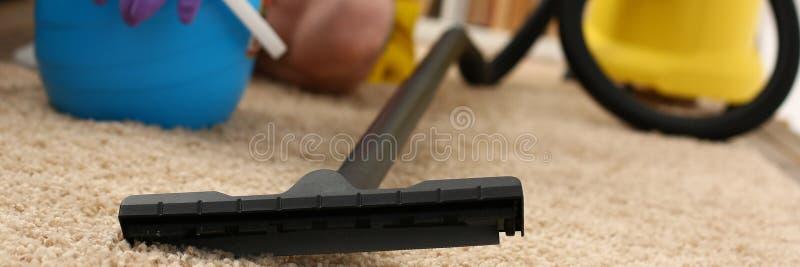 Assistência ao domicílio para o cleane do vácuo do tapete imagem de stock