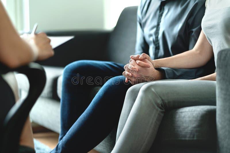 Assistência e terapia para pares e família Conceito da adoção, da psicologia ou da psicoterapia Sess?o com psiquiatra imagens de stock royalty free
