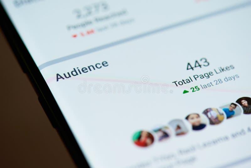 Assistance à la page de facebook sur l'écran de smartphone images libres de droits