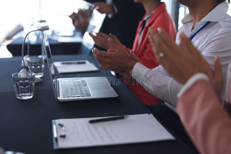 Assistance applaudissant dans un séminaire d'affaires image libre de droits