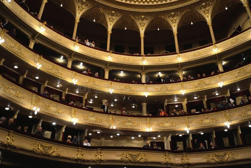 Assistance dans le théâtre d'opéra avant le début de représentation photographie stock libre de droits