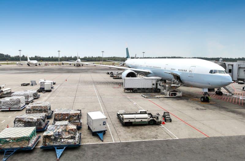 Assistance en escale d'avions sur le terminal d'aéroport photos libres de droits