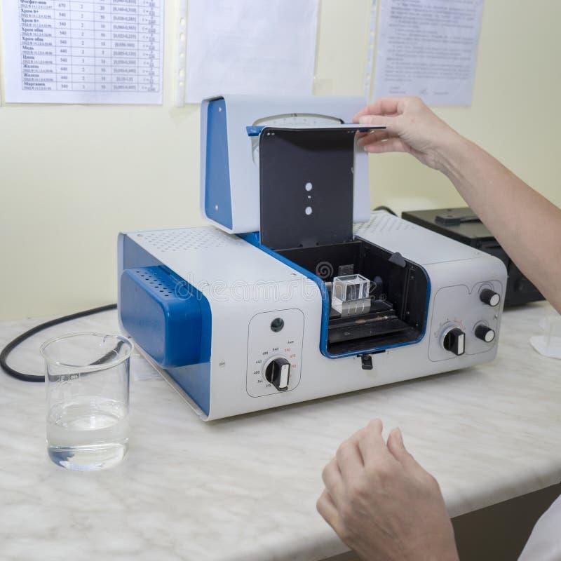 Assistant de laboratoire travaillant pour préparer l'instrument pour l'expérience chimique de laboratoire dans le laboratoire photo libre de droits