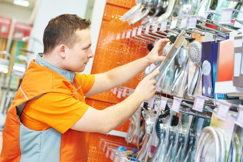 Assistant de vendeur dans la boutique photos libres de droits