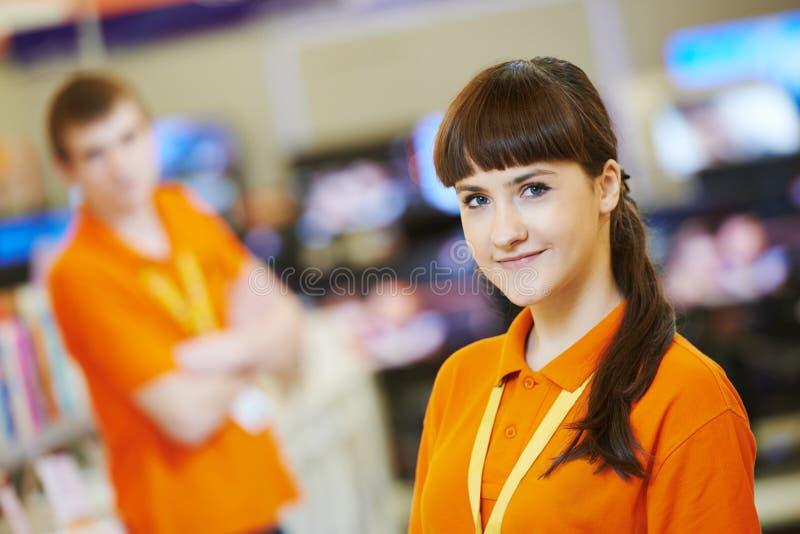 Assistant féminin de vendeur dans la boutique de matériel image stock