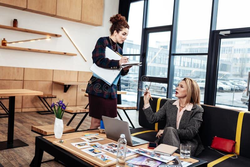 Assistant personnel écoutant la femme d'affaires très influente image libre de droits